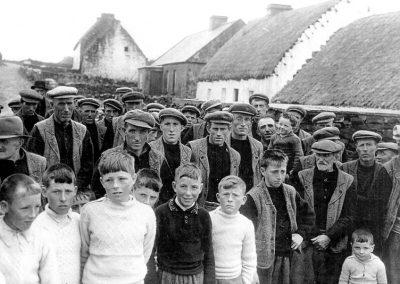 Taobh amuaigh séipéal, Lá Easpaig thart ar 1950
